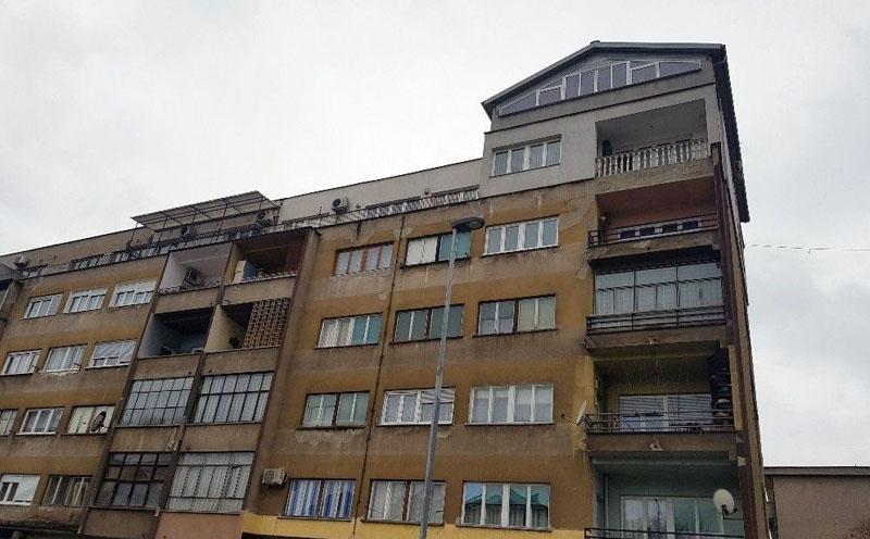 Zenica: Kuća na krovu stambene zgrade (FOTO)