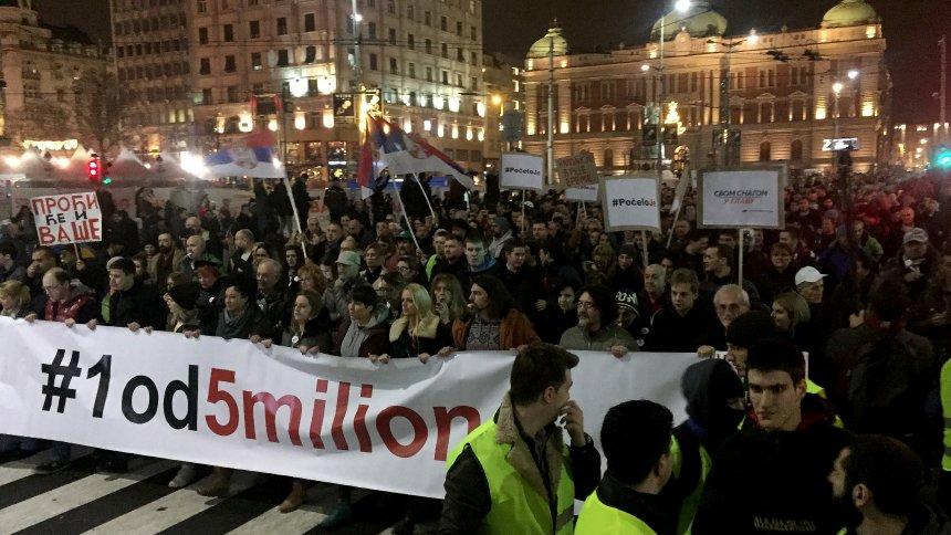 Srbija: Hiljade protestvuju protiv Vučićevog režima